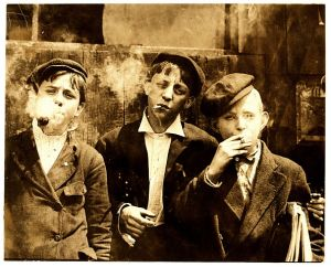 Foto van Lewis Hine, Newsies smoking at Skeeter's Branch, St. Louis, 1910. Licensed under Public Domain via Wikimedia Commons